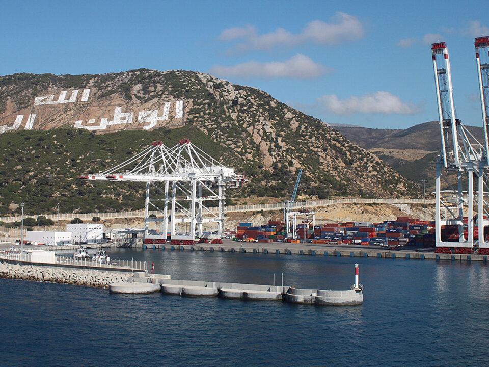 Puerto de Tanger (Marruecos) en una vista desde el mar